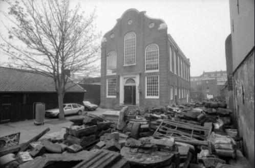 Uilenburgersjoel in de jaren negentig met gevelstenen rondom