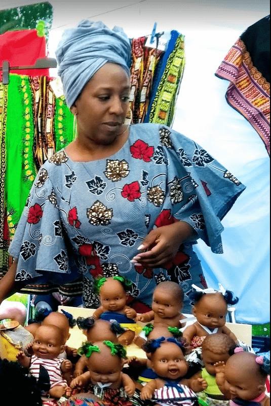 Keti Koti dame verkoopt zwarte poppen
