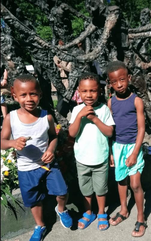 Keti Koti jongens voor het slavernijmonument