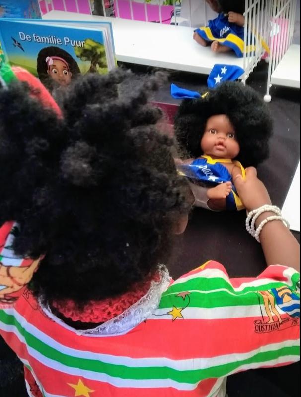 Keti Koti Surinaams meisje met zwarte pop