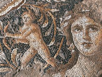 Mozaiek uit de Romeinse tijd van vrouw met boogschieter op de achtergrond