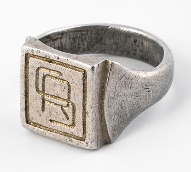 Aluminium ring, model zegelring, met gegraveerde initialen, coll. JCK