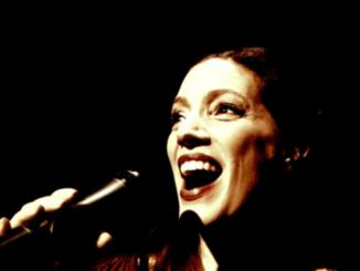portret een zingende Mirjam van Dam